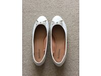Cream court shoe. Size 7.5/8. Ex. cons. Worn only once