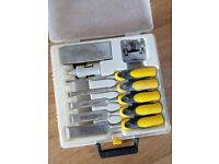5 Piece Set plus accessories comprising:- 1 each 6, 12, 18, 25 and 32 mm chisels, Oil stone, Honing