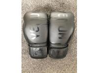 Venum 14oz blackout boxing goives