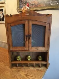 LOVELY RUSTIC COUNTRY PINE WALL CUPBOARD / DISPLAY UNIT. PERFECT FOR KITCHEN