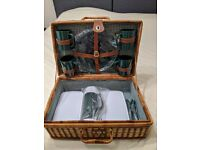 VINTAGE WICKER PICNIC BASKET WITH 4 GREEN PLASTIC PLATES, CUTLERY, 1 FLASK, 2 PLASTIC FOOD BOXES