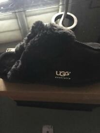 UGG BLACK SLIPPERS