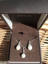 Pearl and Diamond Earring and Pendant Set - 9 carat white gold. Xmas is coming!