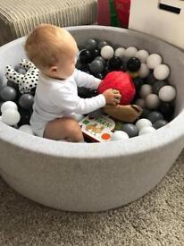Mini Be monochrome ball pit