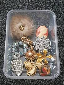 Joblot of vintage brooches