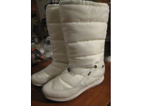 Clarks Gore Tex women's snow boots white with a furry interior. Size 7D worn twice only!