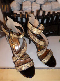 GUESS BY MARCIANO BLACK PATENT GLOSS LEOPARD STRAPPY HEELED SANDALS SIZE 40