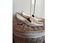 Beautiful Cinderella style cream satin bride / bridesmaid shoes size 3