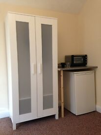 Large Double Room Near Town - All bills included