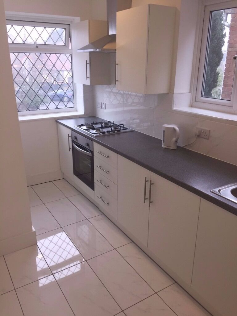 WE ARE PLEASED TO OFFER THIS LARGE MODERN 2 BEDROOM APARTMENT WITH PRIVATE GARDEN FOR 1300PCM!!