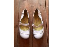 HUSH PUPPIES - price includes postage. LEATHER MARY JANE SHOES SIZE: UK8 EU 42