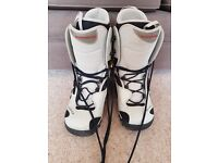 SNOWBOARDING BOOTS - UNISEX - SIZE 43 - AS NEW