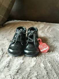 Baby girls black patent kickers