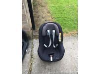 Maxi Cosi 2 way pearl Car seat and 2 way fix isofix base.