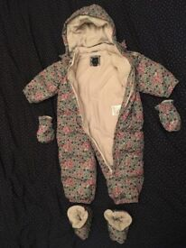 GAP Baby Snowsuit, size 18-24 months, in perfect condition detachable gloves and booties included