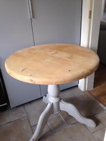 Pine pedestal tripod table