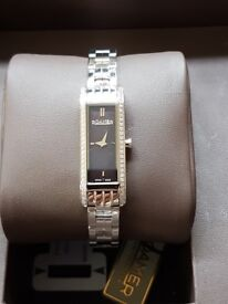 Roamer ladies quartz watch. Mother of pearl dial analogue display. Stainless steel bracelet.