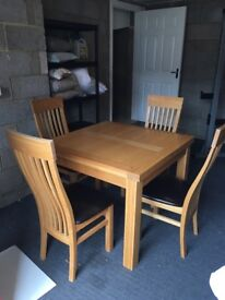 Oak dining room table and 6 chairs. Extendable table.