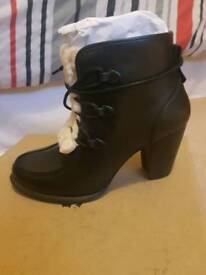 Women's Ugg W Analise boots exposed fur. Black size 5