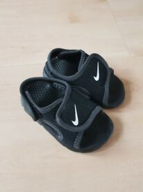 Nike sandals size 3.5 toddlers in perfect condition