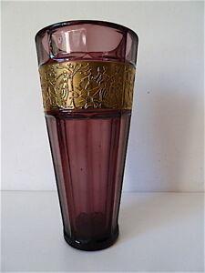 VERRERIE Vase Art Deco à l'or st MOSER TCHÉCOSLOVAQUIE BOHÈME - France - Joli vase en verre de couleur mauve et doré dans le got de MOSER.Non signé , verre épais , scne animée de personnages.Parfait état, aucun choc , aucun éclat , pas ou peu d'usure.Hauteur : 24 cm, diamtre haut : 11,7 cm, diamtre bas : 7,4 cm, - France