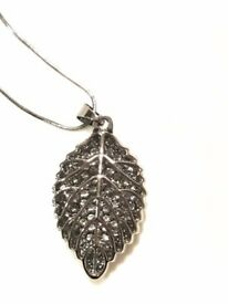 An elegant leaf-shaped necklace (brand new)