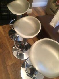 3x bar / breakfast stools
