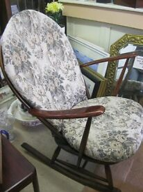 VINTAGE QUALITY 'ERCOL' WIDE SEATED ORNATE SPINDLE ROCKING CHAIR WITH CUSHIONS. VIEWING/DELIVERY POS