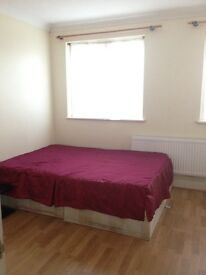 Two large double room available now in goodmayes contact:07463153350