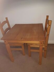 Table and 2 chairs excellent condition table 31x31