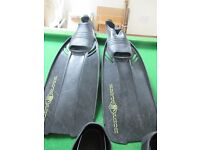 4 pairs flippers plus 1x snorkel and mask