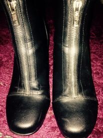 Black zipped heeled boots 👠