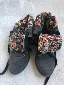 Blowfish Malibu Canvas Grey Floral Boots size 3