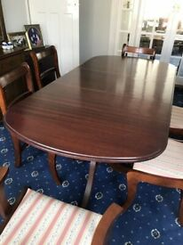 A EXCELLENT QUALITY MAHOGANY REGENCY STYLE EXTENDING 6/8 SEATER DINING TABLE AND 6 MATCHING CHAIRS