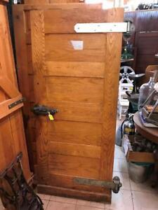 Plusieurs portes vintage en bois (chêne et pins)