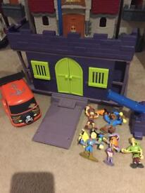 Scooby doo pirate house and figures
