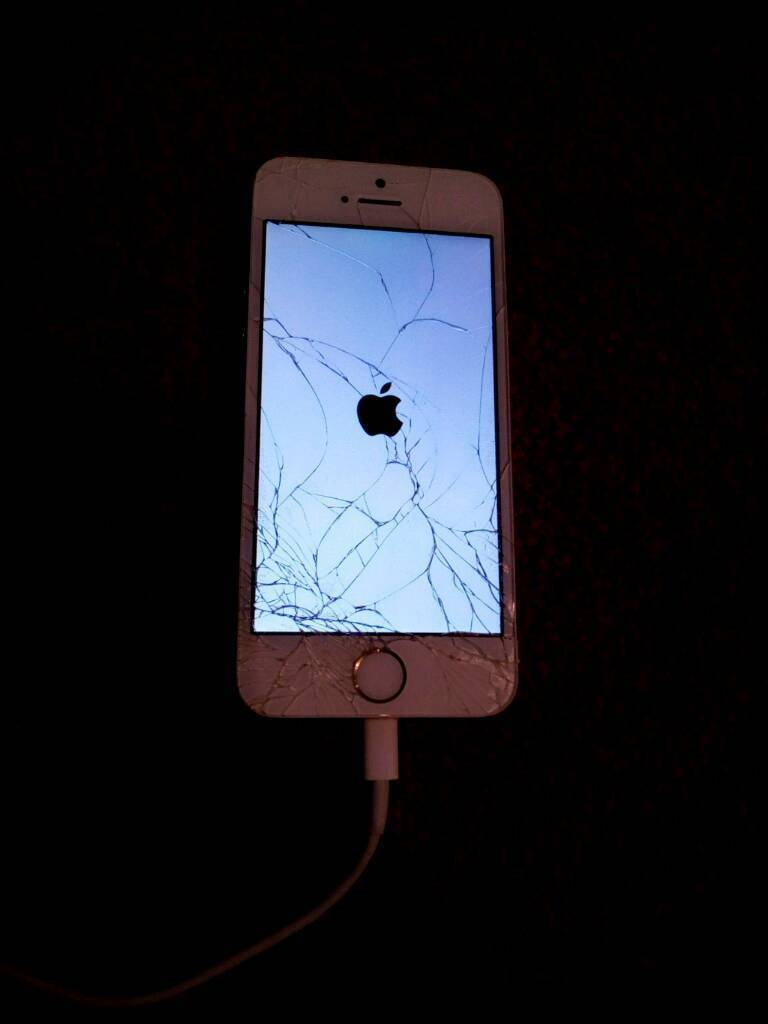 Iphone 5s cracked screenin Blackburn, LancashireGumtree - Iphone 5s white and gold 16gb memoryO2 network Has a cracked screen still works Sold as faulty No stupid offers please its a 5s not a 4