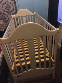 Mamas & papas baby cot bed , very good condition from pet and smoke free home