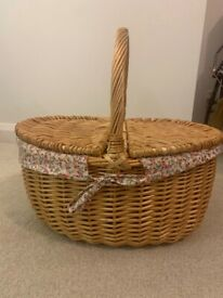 Oval Country Style Wicker Picnic Basket with Folding Handles & Liners for Picnics, Parties and BBQs