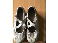 Women's Skechers Size 5 slip on. Ivory