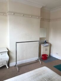 Fully furnished bedsit close to Wolverhampton College