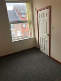 Self contain studio room to let