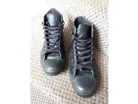 Black leathet converse size 8.5