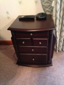 Small chest of drawers with magazine rack in great condition