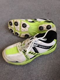 BOYS SIZE 3 CRICKET SPIKE SHOES