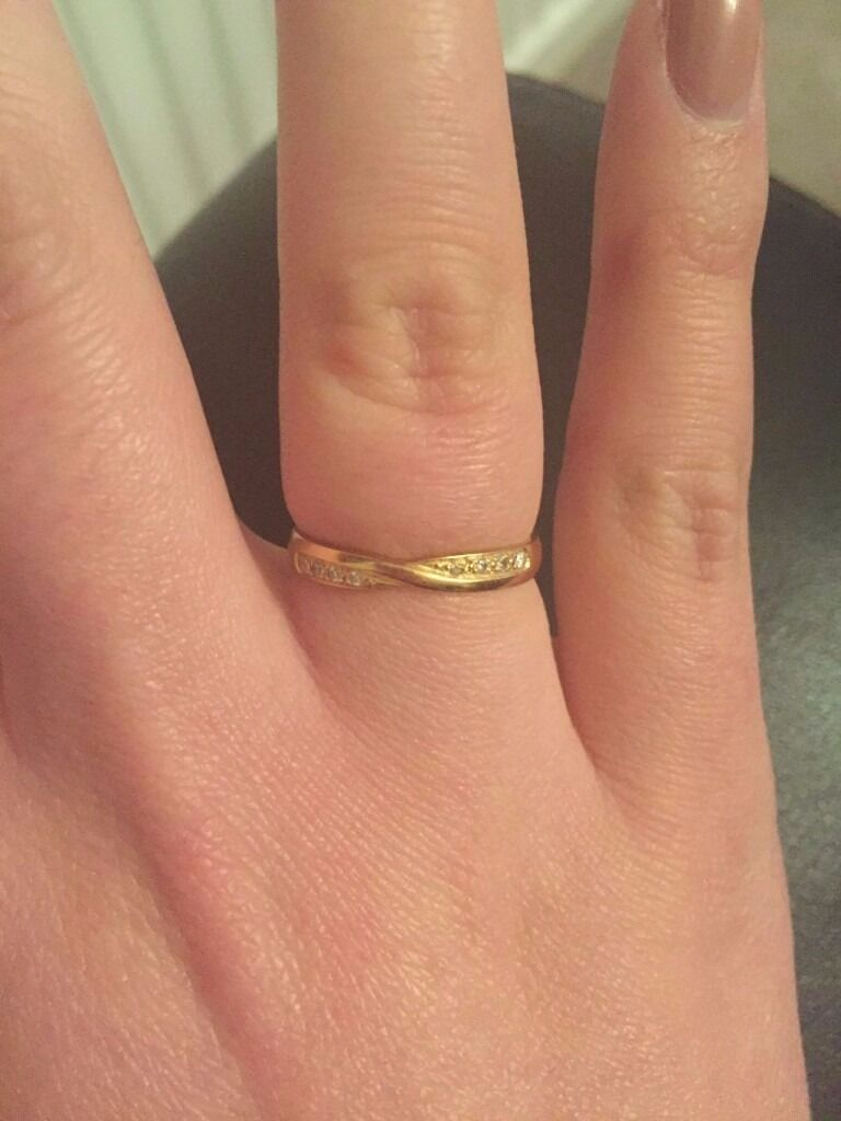 18ct Yellow Gold, Diamond crossover ring (Size Nin Royton, ManchesterGumtree - 18ct Yellow Gold, Diamond crossover ring (Size N) Very pretty diamond crossover design ring, containing 8 stones of reducing sizes towards the centre crossover. Original price of £995 in 2013