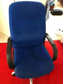 HIGH QUALITY EXECUTIVE OFFICE CHAIR ADJUSTABLE HEIGHT AND ON WHEELS GREAT CONDITION