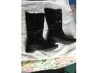 LADIES KNEE HIGH BLACK LEATHER BOOTS. SIZE 6 NEVER WORN