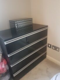 Balck high gloos chest of drawers