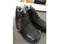 NEVER WORN!!! Black super lightweight steel toe cap boots